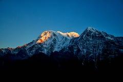 Восход солнца над горой Annapurna в горах Mardi Himal Гималаев долины стоковое фото rf