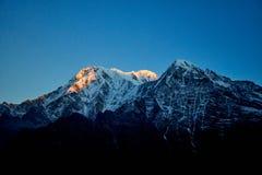 Восход солнца над горой Annapurna в горах Mardi Himal Гималаев долины стоковая фотография rf