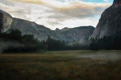 Восход солнца над долиной Yosemite с половинным куполом El Capitan Mounta Стоковые Изображения