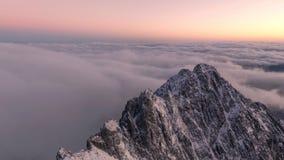 Восход солнца над заворотом гор видеоматериал