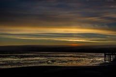 Восход солнца над заливом Бристоля от дока на Ekuk Аляске во время отлива стоковые фото