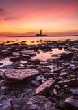 Восход солнца над маяком St Marys Стоковые Изображения