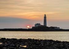 Восход солнца над маяком St Marys Стоковые Изображения RF
