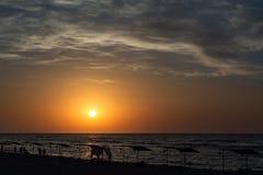 Восход солнца над морем с красивыми облаками Люди встречая рассвет ландшафта моря, Стоковое Изображение RF