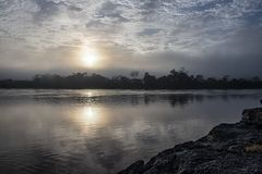Восход солнца над рекой в регионе Amazonas, Перу стоковое фото