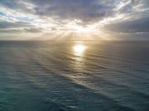 Восход солнца над спокойной водой океана Стоковое Изображение