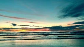 Восход солнца над тропическим пляжем острова в Таиланде сток-видео