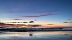 Восход солнца над тропическим пляжем острова в Таиланде акции видеоматериалы