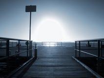 Восход солнца над холодом море Пристань протягивая в безграничность стоковое фото
