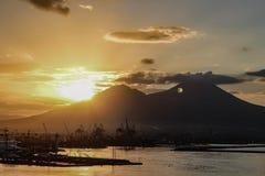 Восход солнца над Mount Vesuvius от порта Неаполь стоковые изображения rf