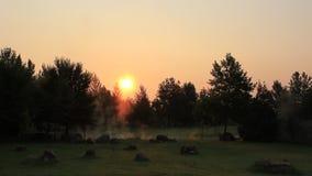 Восход солнца над Rupite и монастырь сложный и в то же время испаряют горячую минеральную воду сток-видео