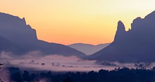 Восход солнца на горах, восход солнца, красочный восход солнца, солнце на Стоковое Изображение