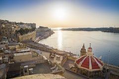 Восход солнца на грандиозной гавани Мальты с древними стенами Валлетты Стоковая Фотография RF
