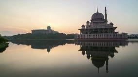 Восход солнца на мечети Путраджайя с отражением сток-видео