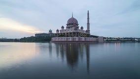 Восход солнца на мечети Putrjaya сток-видео