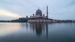 Восход солнца на мечети Putrjaya видеоматериал