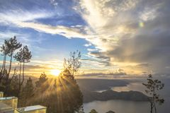 Восход солнца на озере Toba стоковые фотографии rf