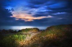 Восход солнца на песчанной дюне на пляже стоковые изображения rf