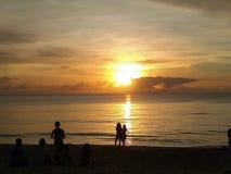 Восход солнца на пляже с небом цвета и красивой кокосовой пальмой стоковые изображения rf