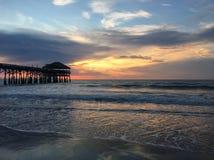 Восход солнца на пристани пляжа какао Стоковое фото RF