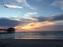 Восход солнца на пристани пляжа какао Стоковые Изображения RF