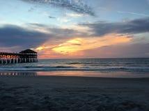 Восход солнца на пристани пляжа какао Стоковое Фото