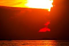 восход солнца на рыбацкой лодке облака силуэта и неба луча на острове моря стоковое изображение