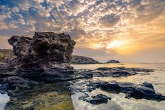 Восход солнца на скалистом пляже Альмерии Испании стоковая фотография rf