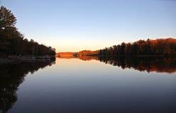 Восход солнца на спокойном озере осенью Стоковые Фотографии RF