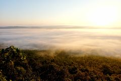 Восход солнца на точка зрения в лесе имеет туманное, Phayao, Таиланд Стоковая Фотография RF