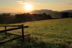 Восход солнца на утре на поле стоковое фото