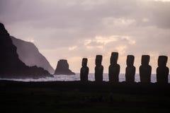 Восход солнца на Ahu Tongariki с motu на задней части Стоковые Фотографии RF