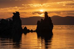 Восход солнца на Mono озере в Mono County Калифорнии стоковые изображения rf