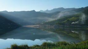 Восход солнца озером в лете Стоковые Изображения