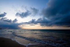 восход солнца океана пляжа штилевой тропический Стоковое Изображение