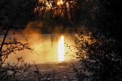 Восход солнца отраженный на туманном реке стоковые изображения rf