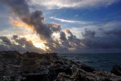 Восход солнца после бурной ночи в Гаваи стоковые изображения rf