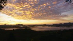 Восход солнца промежутка времени на тумане акции видеоматериалы