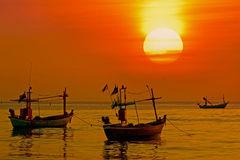 восход солнца рыболовства шлюпки Стоковые Изображения