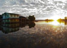 Восход солнца с облаками и отражение голубого неба на реке стоковые изображения