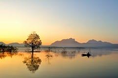 восход солнца утра рыболовства шлюпки Стоковое фото RF