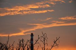 Восход солнца утра с деревьями и печной трубой в› Å™ice LitomÄ стоковые изображения rf
