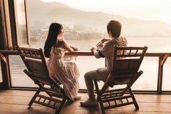 Восход солнца чая азиатских пар выпивая на тайце Rak вина Ли, китайском поселении, Mae Hong Son, Таиланде стоковое изображение