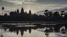 Восход солнца Angkor Timelapse Покрашенный взгляд памятника старины архитектуры кхмера сток-видео