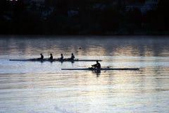 восход солнца rowing людей стоковые изображения