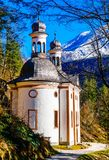 Восхождение Марии церков паломничества в баварских горных вершинах - Германии стоковое фото