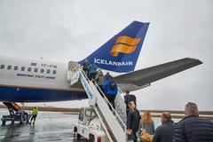 Восхождение на борт самолета Icelandair стоковые фотографии rf