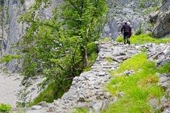 Восхождение альпинистов в Альпах мрамора Каррары стоковое фото rf