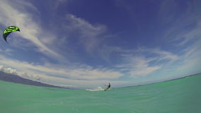 Восхождение на борт змея человека в океане делая фокус над камерой видеоматериал