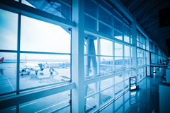 Восхождение на борт и авиапорт вне места Стоковая Фотография
